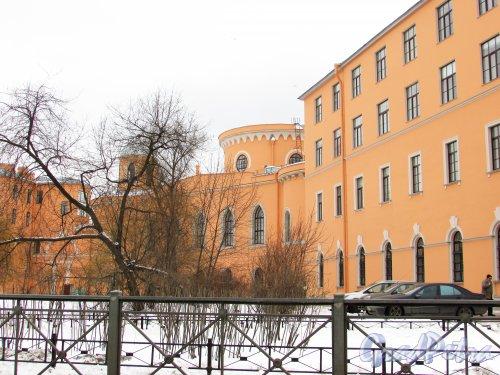 Улица Гастелло, дом 15. Фасад «Чесменского дворца с флигелями» после реставрации фасадов. Вид со стороны улицы Ленсовета. Фото 26 февраля 2016 года.