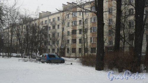 Новороссийская улица, дом 46, литер Щ. 5-этажный жилой дом серии 1-528кп10 1962 года постройки с оштукатуренным фасадом. Вид дома с улицы Песочной. Фото 27 февраля 2016 года.