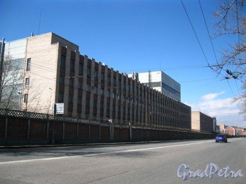 Улица Комсомола, дом 1-3, литера АТ (ближний корпус), литера П (дальний корпус). Современные корпуса завода «Арсенал» со стороны Арсенальной улицы. Фото 28 апреля 2013 года.