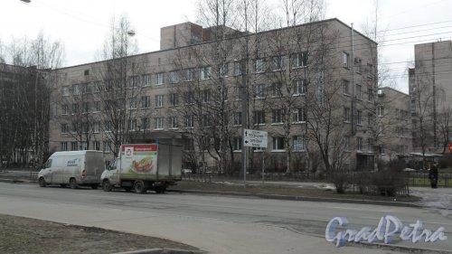 """Улица Есенина, дом 38, корпус 1. Городская поликлиника №99. В здании также расположен офис компании """"Витамед"""", 746-54-77. Фото 13 марта 2016 года."""