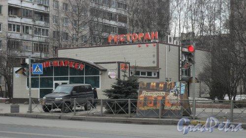 """Улица Есенина, дом 36, корпус 5. Торговый павильон. В здании расположены ресторан """"Ретро-Блюз"""" и минимаркет """"Горница"""". Фото 13 марта 2016 года."""
