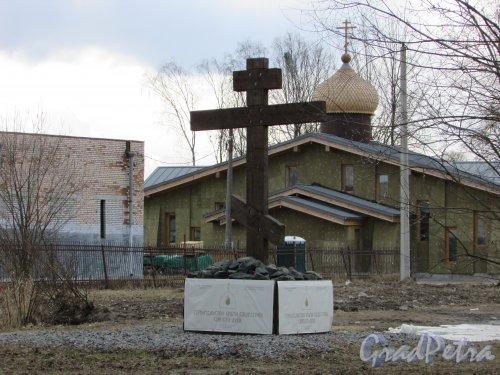 город Колпино, улица Анисимова, дом 7. Поклонный крест на месте строительства храма Сошествия Святого Духа в городе Колпино. Фото 21 марта 2016 года.