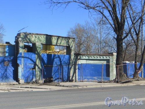 улица Бабушкина, дом 82. Остатки ворот на стадион «Звезда» им. К.Е. Ворошилова. Фото 15 марта 2015 года.
