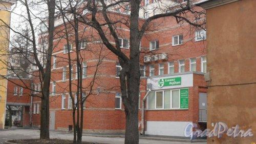 """Новороссийская улица, дом 28, корпус 2. Клиника """"МедФорт"""". Вид дома со двора. Фото 2 апреля 2016 года."""