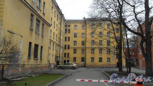 Новороссийская улица, дом 28. Общежитие Лесотехнического Университета №3. 5-этажное здание в стиле сталинского неоклассицизма 1953 года постройки. Вид дома со двора. Фото 2 апреля 2016 года.