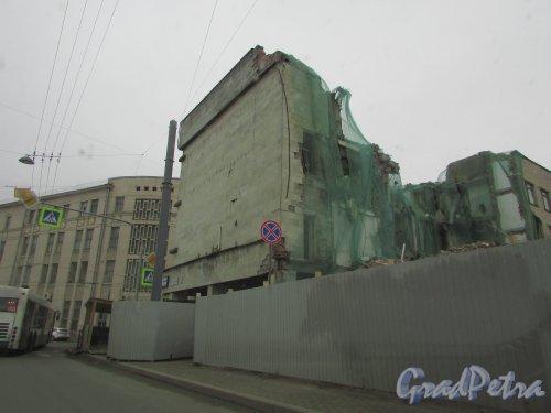 Улица Александра Невского, дом 12 / Херсонская улица, дом 43. Угловая часть фасада многоэтажного паркинга. Вид со стороны улицы Александра Невского. Фото 2 апреля 2016 года.