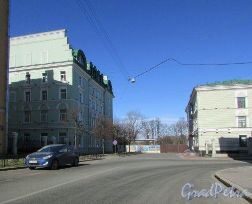 Кавалергардская ул., дом 42. Общий вид участка и перекрёсток Кавалергардской улицы и Таврического переулка. Фото 20 марта 2016 года.