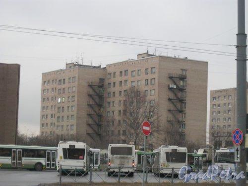 Звёздная ул., дом 13, корпус 2. Общий вид с троллейбусной остановки на Звёздной ул. Фото 31 марта 2016 г.