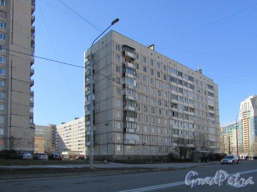 Звездная улица, дом 9, корпус 1, литера А. Общий вид жилого дома со стороны проспекта Космонавтов. Фото 16 апреля 2016 года.