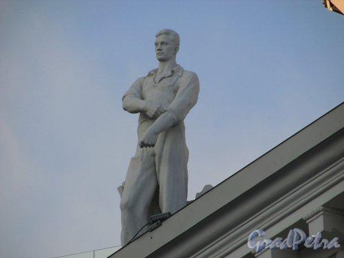 Потёмкинская улица, дом 4, литера А. Левая скульптура на фронтоне здания. 15 апреля 2016 года.