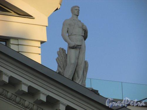 Потёмкинская улица, дом 4, литера А. Правая скульптура на фронтоне здания. 15 апреля 2016 года.