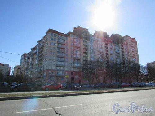 Пулковская улица, дом 2, корпус 1, литера А. Общий вид жилого комплекса «Южный замок» со стороны улицы Орджоникидзе. 15 апреля 2016 года.