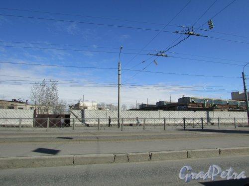улица Салова, дом 61. Общий вид участка со стороны Бухарестской улицы. 15 апреля 2016 года.