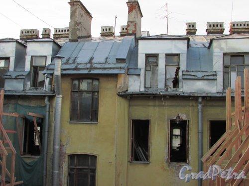 Улица Чайковского, дом 79, литера А. Вид на верхний этаж лицевого здания со стороны двора. 16 апреля 2016 года.