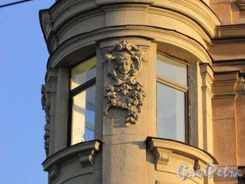 Улица Чайковского, дом 83, литера А.женкая головка в формлении углового круглого эркера. Вид со стороны улицы Чайковского. 16 апреля 2016 года.
