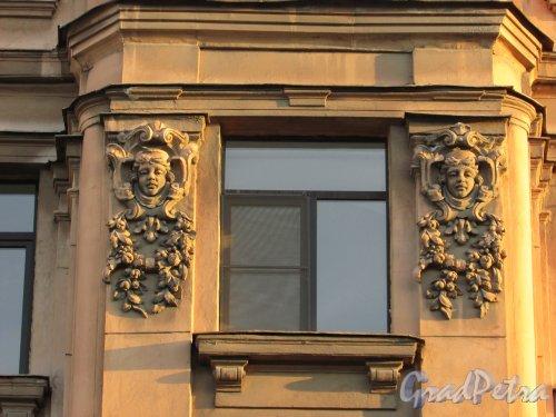 Улица Чайковского, дом 83, литера А. Оформление эркера на уровне четвертого этажа. Вид со стороны улицы Чайковского. 16 апреля 2016 года.