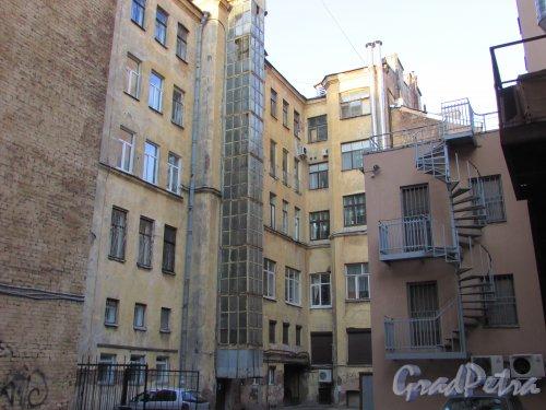 Улица Чайковского, дом 83, литера А. Двор со стороны Потёмкинской улицы. 16 апреля 2016 года.