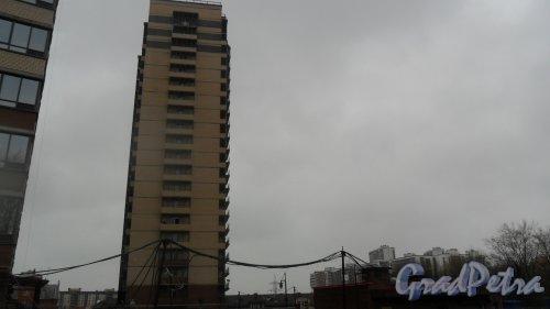 """Репищева улица, дом 10, корпус 3. ЖК """"Репка""""(участок №3). Строительство 20-этажного жилого дома на 144 квартиры. Из них: квартир-студий - 36, 1-комнатных квартир - 36, 2-комнатных квартир - 36, 3-комнатных квартир - 18, 4-комнатных квартир - 18, подземная автостоянка на 47 машиномест. Продажа квартир в этом доме 303-90-03. Фото 14 апреля 2016 года."""