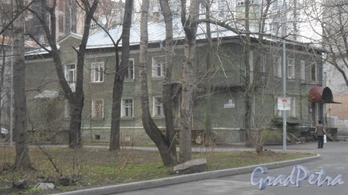 Улица Перфильева, дом 5. 2-этажный жилой дом 1947 года постройки. 4 парадные, 8 квартир. Фото 20 апреля 2016 года.