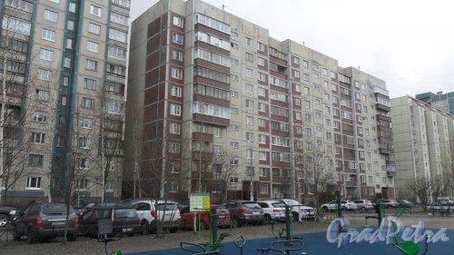 Улица Коллонтай, дом 16, корпус 3. 10-этажный жилой дом серии 1-ЛГ606М 1995 года постройки. 3 парадные, 116 квартир. Фото 22 апреля 2016 года.