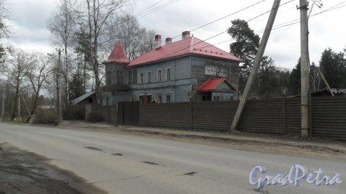 г. Всеволожск, Пушкинская улица, дом 52. 2-этажный жилой дом 1955 года постройки. 2 парадные, 4 квартиры. Фото 25 апреля 2016 года.