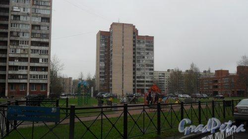 Улица Есенина, дом 36, корпус 3. 15-этажный жилой дом серии Щ937823к 1981 года постройки. 2 парадные, 43 квартиры. Фото 28 апреля 2016 года.