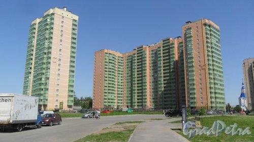 Шушары, улица Первомайская, дом 5, корпуса 1(справа)  и 2(слева). Фото 24 мая 2016 года.