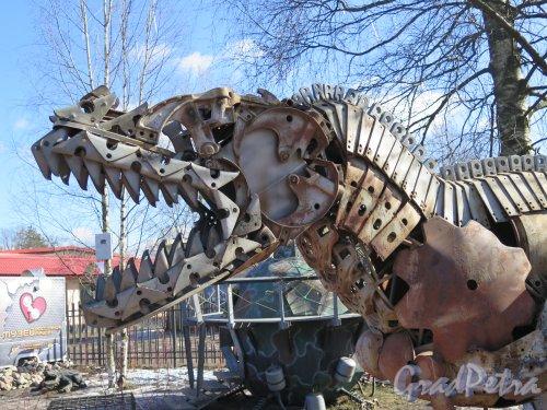 Ул. Ломоносова. (Парголово), д. 5. Музей Восстания машин. Голова экспоната- звероящер. фото март 2015 г.