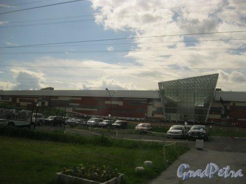ул. Передовиков, дом 18, корпус 2 (ориентировочный адрес). Строительство гипермаркета «Максидом». Вид из окна автобуса, проезжающего по ул. Передовиков. Фото 26 мая 2016 г.