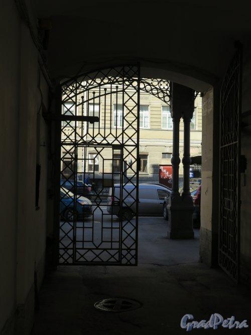Чайковского ул., д. 25. Доходный дом Сергиевского собора, Въездные ворота. фото март 2015 г.