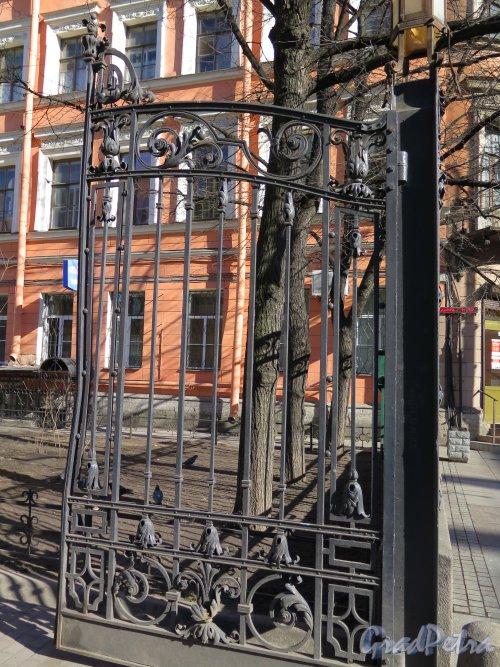 Кирочная ул., д. 8б. Евангелическо-лютеранская церквь Св. Анны. Створка ворот решетки по Кирочной ул. Фото март 2015 г.