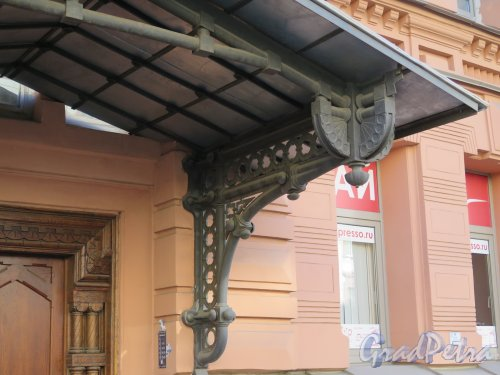 Фурштатская ул., д. 11. Доходный дом 3. М. и А. А. Зайцевых. Опорная консоль входа. фото март 2015 г.