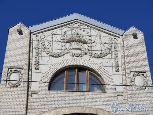 Фурштатская ул., д. 24. Особняк В.С.Кочубея. Рельефная вставка на центральном ризалите. Фото март 2015 г.