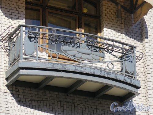 Фурштатская ул., д. 24. Особняк В.С.Кочубея.Балкон уличного фасада. Фото март 2015 г.