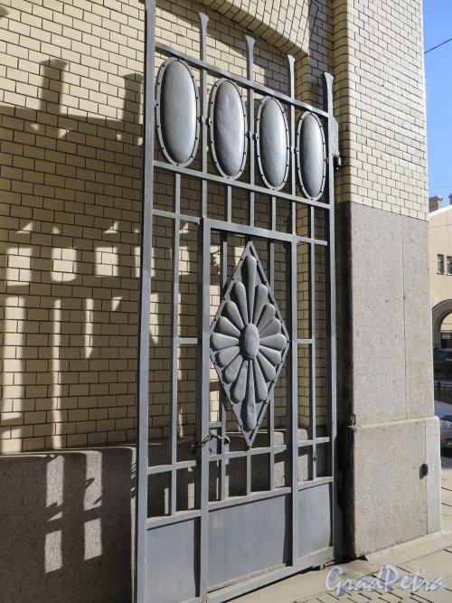 Фурштатская ул., д. 24. Особняк В.С.Кочубея. Створка уличных ворот. Фото март 2015 г.
