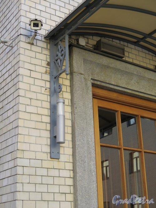 Фурштатская ул., д. 24. Особняк В.С.Кочубея. Боковая консоль навеса над дворовым входом. Фото март 2015 г.