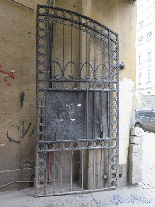 Гагаринская ул., д. 6. Здание Капитула российских орденов, Другая створка въездных ворот. фото апрель 2015 г.