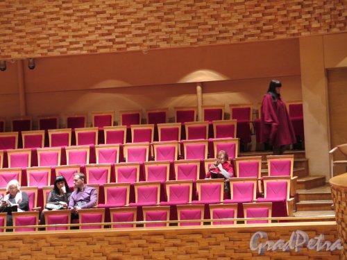 Ул. Писарева, д. 20 / ул. Декабристов, д. 37. Концертный зал Мариинского театра. Балкон зала. Фото апрель 2015 г