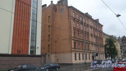 Новгородская улица, дом 7. 5-этажный жилой дом 1917 года постройки. Год проведения реконструкции 1960. 3 парадные, 19 квартир. Фото 18 июля 2016 года.