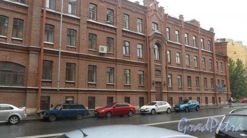 Новгородская улица, дом 23 / Старорусская улица, дом 3. 4-этажное медицинское учреждение. Клиническая городская больница №46 Святой Евгении. Фото 18 июля 2016 года.