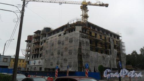 """Кирочная улица, дом 62, литер Б. Строительство клубного дома """"Щедрин"""". Вид на новостройку в сторону Суворовского проспекта. Фото 22 июля 2016 года."""