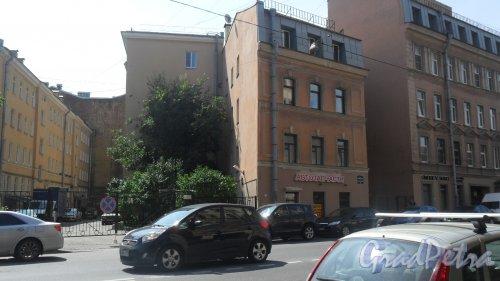 Улица Моисеенко, дом 23. Левая часть здания. Магазин автозапчастей ИП Тараканова С. А. Фото 25 июля 2016 года.