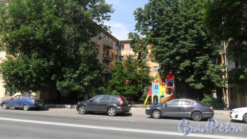 Улица Моисеенко, дом 8-10. Общий вид здания. Фото 25 июля 2016 года.