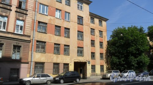 Улица Моисеенко, дом 8-10. 5-этажный жилой дом 1930 года постройки. 8 парадных, 80 квартир. Фото 25 июля 2016 года.