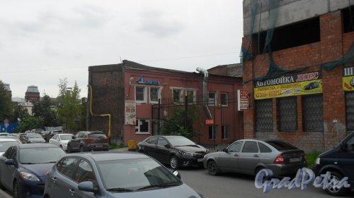 Улица Моисеенко, дом 22, литер Е. 2-этажное административное здание. В здании расположена столовая «Казан». Фото 29 июля 2016 года.
