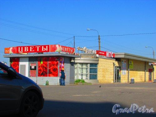Бухарестская улица, дом 144, корпус 3, литера А. Общий вид торговых павильонов. Фото 3 июня 2016 года.