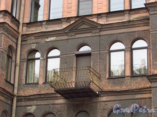 улица Жуковского, дом 11. Балкон в центральной части фасада. Фото 21 октября 2016 года.