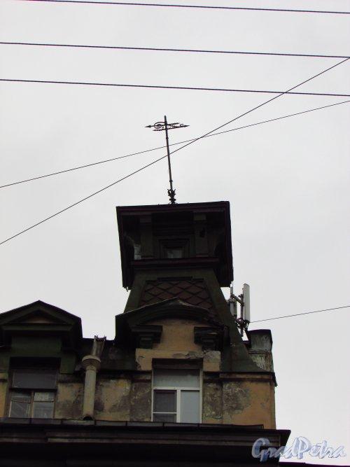 улица Жуковского, дом 7-9.  Флюгер и бельведер в правой части доходного дома В. П. Брискорна. Фото 21 октября 2016 года.