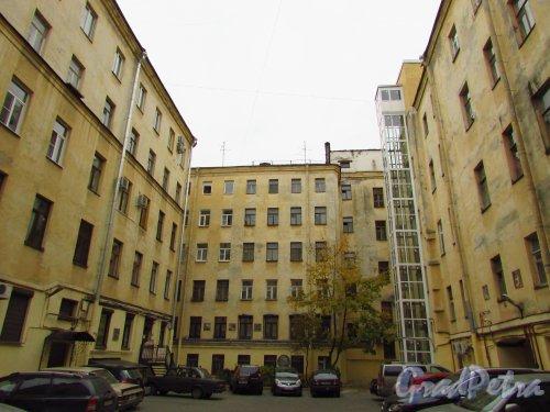 улица Жуковского, дом 6. Общий вид первого двора и вид на правый дворовый флигель. Фото 21 октября 2016 года.