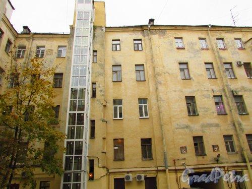 улица Жуковского, дом 6. Новая шахта лифта лицевого здания со стороны двора. Фото 21 октября 2016 года.